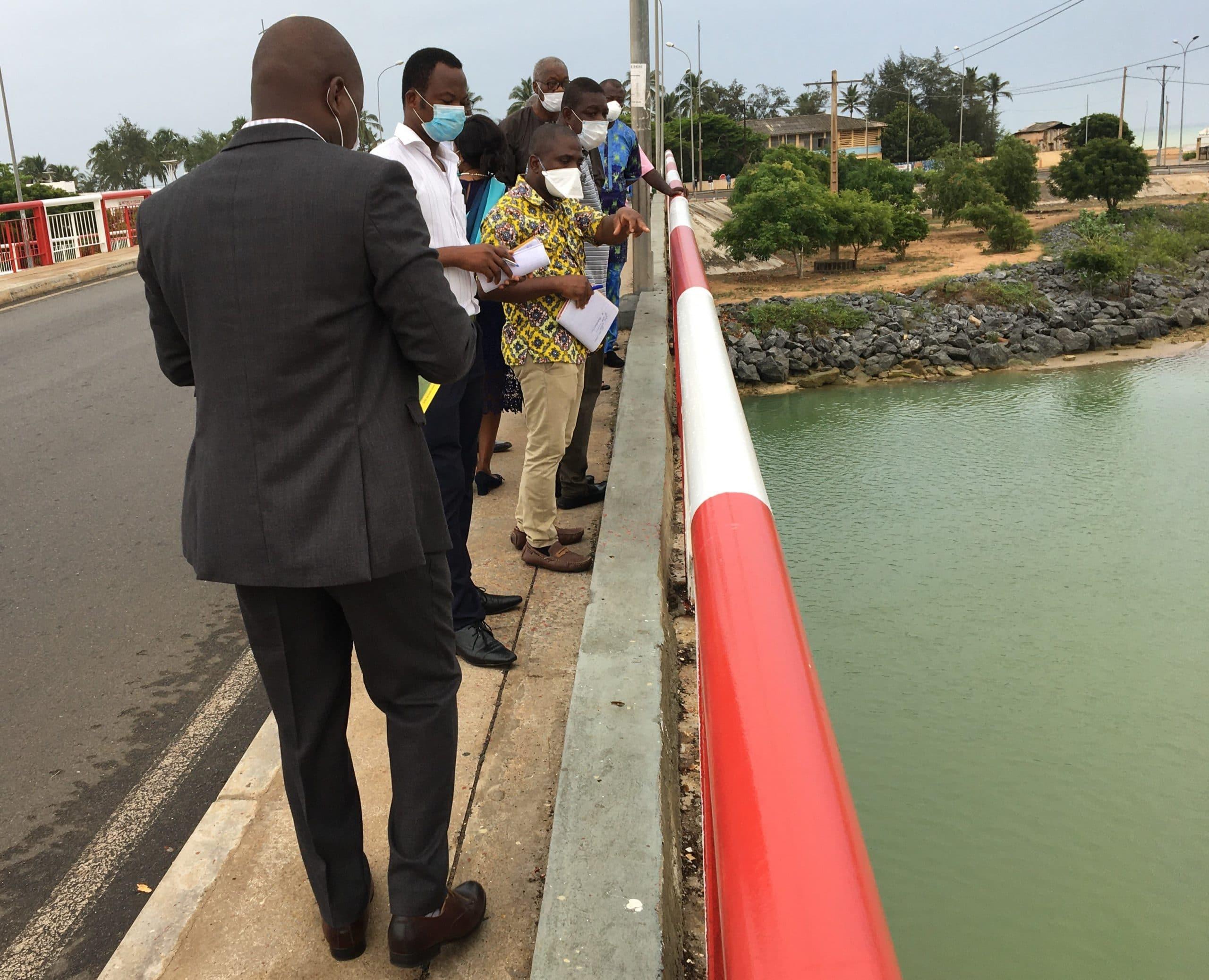Sur le pont au berge de la lagune'