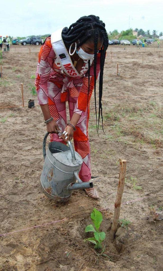 Miss Togo 2019 arrosant son plant mis en terre