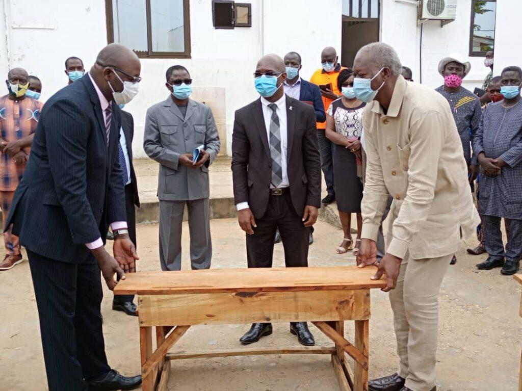 Remise sumbolique des tables-bancs au Maire des Lacs1 par le Représentant du Ministère des TP